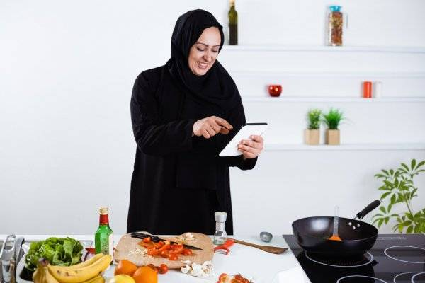 masak di dapur dengan tab